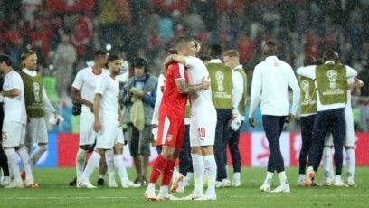 Zagrljaj Aleksandra Kolarova i Josipa Drmića nakon utakmice Srbija - Švajcarska, 22. juna