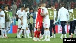 O odgovornosti Fudbalskog saveza i selektora niko ne govori (na fotografiji igrači Srbije i Švajcarske nakon meča)