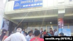 Uzbekistan - queue in front of the Ipoteka bank to take money in Bukhara region, 19 May 2014.