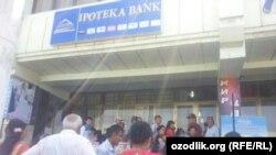 Люди в очереди за деньгами возле одного из местных отделений «Ипотека-банка» в Бухаре. 19 мая 2014 года.