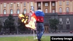 Алексей Домников сжигает фотографию Дзержинского на Лубянской площади