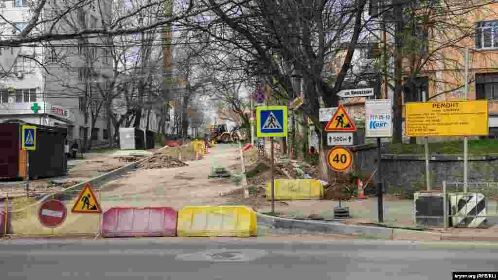 Подрядная организация АО «ВАД» взялась за ремонт дорожного покрытия на улице Блюхера, что примыкает к улице Киевской возле клинической больницы имени Семашко
