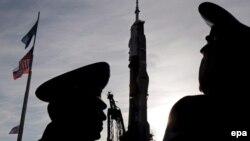 Зымыранды күзетіп тұрған әскерилер. Байқоңыр, 10 қазан 2008 жыл. (Көрнекі сурет)