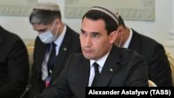 Віцепрем'єр Сердар Бердимухамедов та інші туркменські чиновники в національних тюбетейках на зустрічі в російській Казані, квітень 2021 року