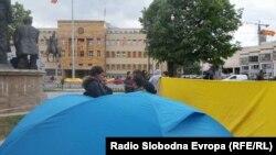 """Архива - Здружението """"Сплотени срца"""" на родители на деца со попреченост, постави шатори спроти Собранието на Македонија"""