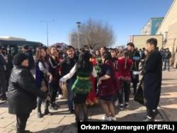 Азаттықтың түсірілім тобына кедергі жасаған топ. Астана, 22 наурыз 2019 жыл