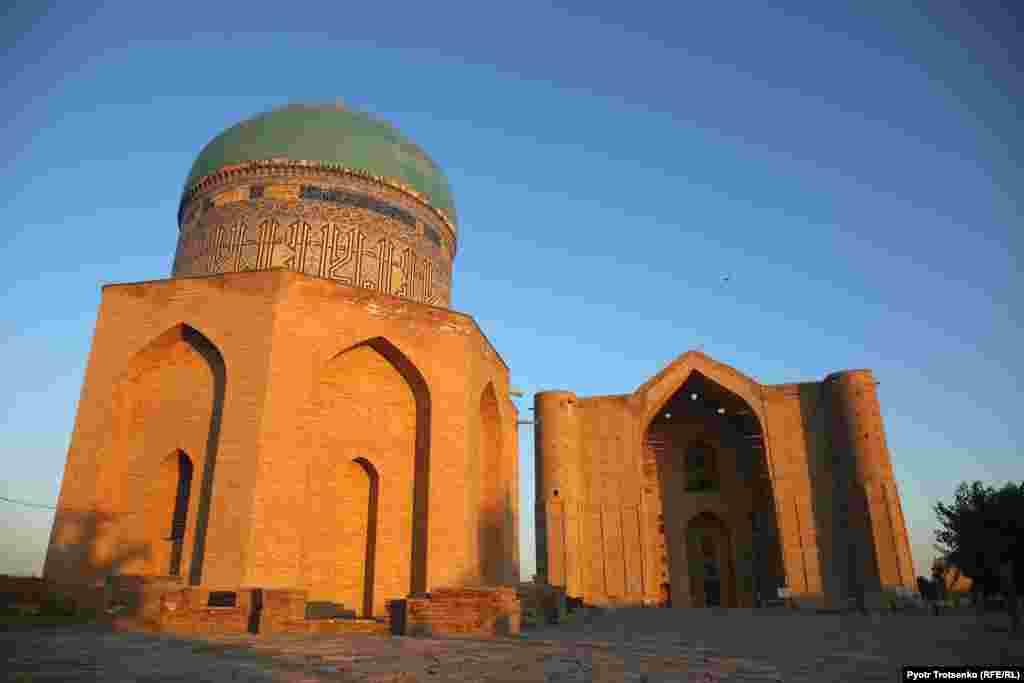 После айт-намаза верующие отправились в мавзолей Ходжи Ахмеда Яссауи, который сегодня открыт для всех желающих.