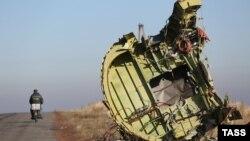 Обломок малайзийского лайнера, погибшего в районе конфликта на востоке Украины (у деревни Грабово Донецкой области, 6 ноября 2014 года)
