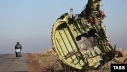 Уламки малайзійського пасажирського літака «Боїнга-777», що розбився 17 липня в районі села Грабово