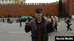 Предположительно, Алан Чекранов позирует на Красной площади в Москве в 2012 году.