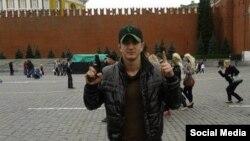 Қўлида қурол тутган Алан Чекранов Москвада