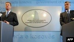 Ministri i Jashtëm gjerman, Guido Vestervelle, gjatë konferencës së përbashkët për media me kryeministrin e Kosovës, Hashim Thaçi. Prishtinë, 11 gusht 2011.