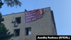 Q.İbrahimov Bakıda yaşadığı evin damında banner asıb.