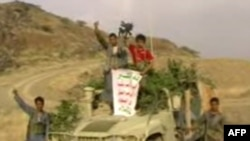 تصویر ویدئویی منتشر شده توسط طرفداران گروه «الحوثی» که نشان می دهد شورشیان شیعه یک خودروی نیروهای عربستان را به غنیمت گرفته اند.