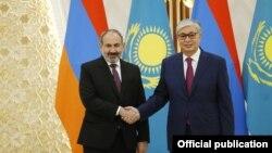 Казахстан -- Премьер-министр Армении Никол Пашинян (слева) и президент Казахстана Касым-Жомарт Токаев, Нур-Султан, 29 мая 2019 г.