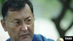 Акмат Бакиев Тейит айылында, 2010-жылдын 11-апрелинде тартылган сүрөт.