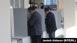 Один из избирательных участков в Бишкеке во время выборов 11 апреля 2021 года.