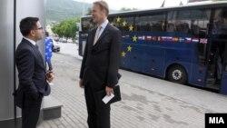 Вицепремиерот за евроинтеграции Фатмир Бесими и евроамбасадорот Аиво Орав.