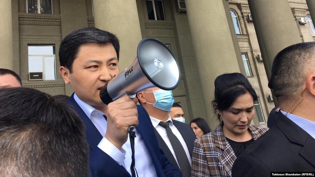 Премьер-министр Улукбек Марипов митингчилердин алдына чыгып, жооп берип жатат. Бишкек шаары. 8-апрель, 2021-жыл.