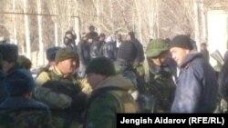 Чарбак ауылы маңында жүрген әскерилер. Қырғызстан, 7 қаңтар 2013 жыл.
