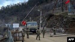 ایست بازرسی نیروهای ارتش آذربایجان در خارج از شهر شوشا در جریان درگیری میان نیروهای جمهوری آذربایجان و ارمنستان بر سر منطقه قرهباغ