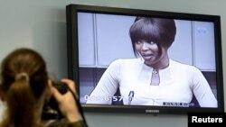 Британская супермодель Наоми Кэмпбелл (на фото в телевизоре) дает показания tна заседании международного трибунала ООН по делу Тэйлора, 5 августа 2010