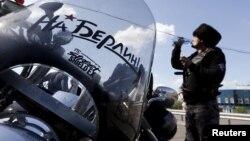 Один із байкерів російського клубу «Нічні вовки» поблизу білоруського Бреста