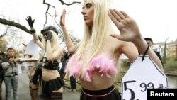 Femen-in fəalları İsveçrədə etiraz aksiyasında, 10 noyabr 2011