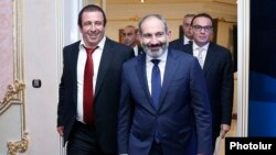 Armenia - Prime Minister Nikol Pashinian (C) arrives for a business forum organized by Gagik Tsarukian (L), October 26, 2018.