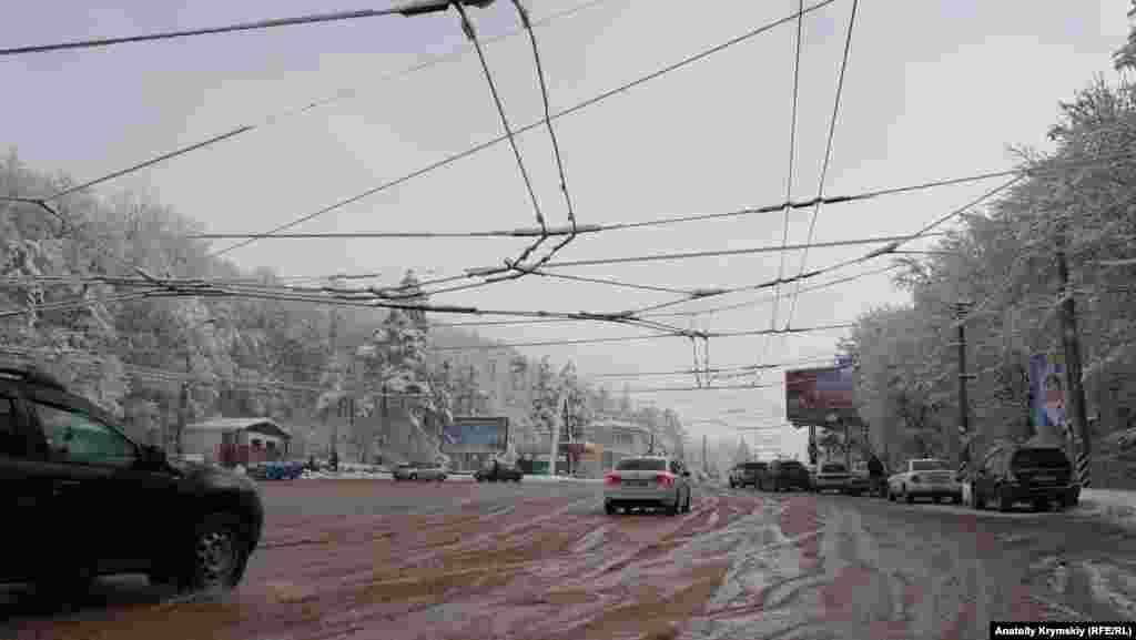 Біля автодороги Сімферополь-Ялта, біля пам'ятника кримському тролейбусу