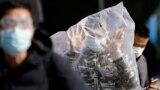 Пассажир одного из железнодорожных вокзалов Шанхая прибегнул к профилактическим мерам после вспышки коронавируса, которая началась в китайском городе Ухань.