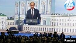 Володимир Путін виступає на форумі в Санкт-Петербурзі, 19 червня 2015 року