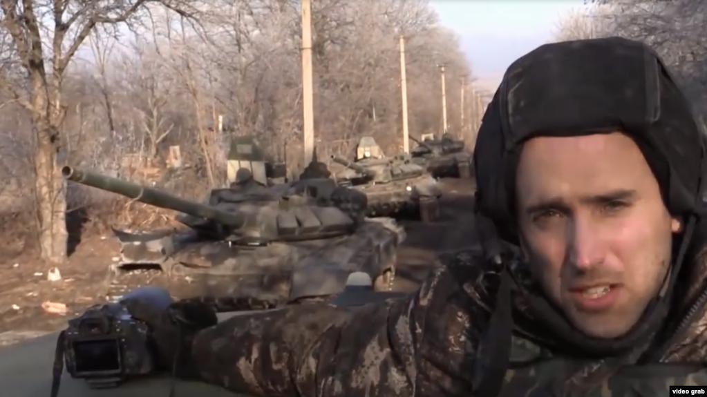 Британский блогер Грэм Филлипс на фоне российских танков Т-72Б3