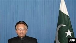 مشرف که با انتقادهای گسترده بين المللی و داخلی رو به رو بود، لباس نظامی را از تن خارج کرد و به عنوان يک شهروند غيرنظامی سوگند رياست جمهوری را ياد کرد.