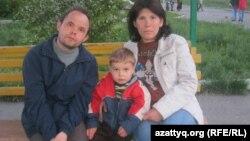 Станислав Галеев и Ольга Петрова живут в доме юношества со своим ребенком. Алматы, 19 апреля 2013 года.