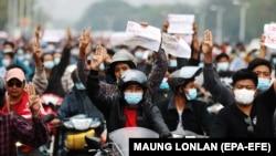 М'янма: десятки тисяч людей вийшли на протест проти військового перевороту (фоторепортаж)