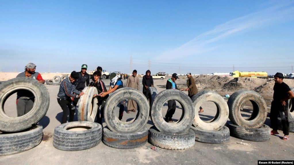 معترضان عراقی در حال انسداد ورودی خور الزبیر در نزدیکی بصره