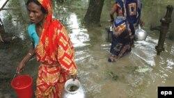 Žene prikupljaju vodu za piće, Bangladeš, fotoarhiv