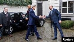 Бельгия -- Премьер-министр Шарл Мишел АКШ мамкатчысы Жон Керрини тосуп алууда. Брюссель, 25-март, 2016.