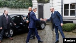 John Kerry (majtas) duke u përshëndetur me kryeministrin e Belgjikës, Charles Mishel, sot në Bruksel