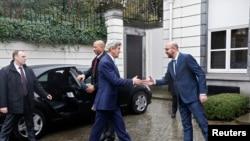 Премьер-министр Бельгии Шарль Мишель (справа) приветствует в Брюсселе госсекретаря США Джона Керри, 25 марта 2016