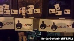 """Na vrata RTS-a u Takovskoj ulici izlepljene su plakate na kojima piše """"Ja sam za blokadu RTS-a"""", """"Lažov"""", """"Počelo je"""""""