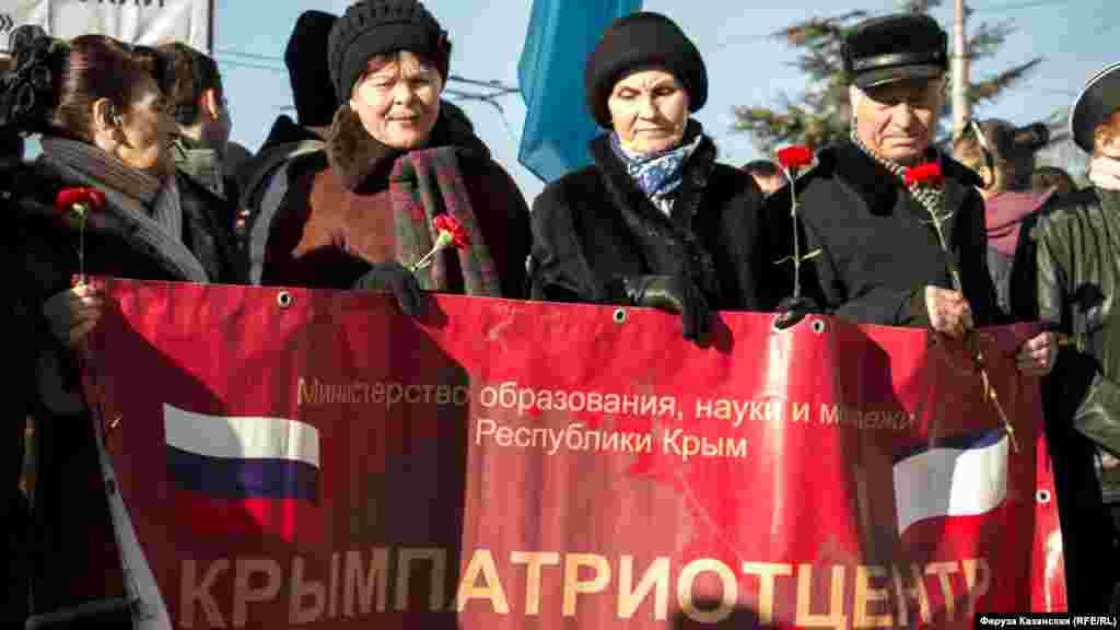 Участники митинга с транспорантом организации «Крымпатриотцентр»