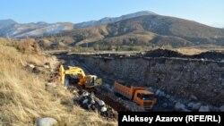 Еще в октябре в территорию городища была врезана на несколько десятков метров широкая полоса под полотно автодороги. Алматинская область, 20 октября 2016 года.
