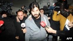Թուրքիա - Ձերբակալված ադրբեջանցի գործարար Ռեզա Զերրաբը ժամանում է Ստամբուլի ոստիկանատուն, 17-ը դեկտեմբերի, 2013թ․