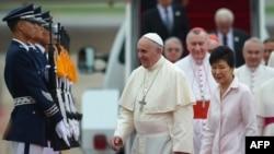 خانم پارک در مراسم استقبال از پاپ فرانسیس در سئول