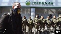 Активіст «Національного корпусу» біля відділення «Сбербанку» у Києві, 10 квітня 2017 року