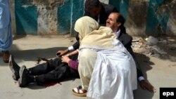 Pakistandaky hüjümde ýaralanan adama lukman zenan saglyk kömegini berýär. 8-nji awgust, 2016 ý.
