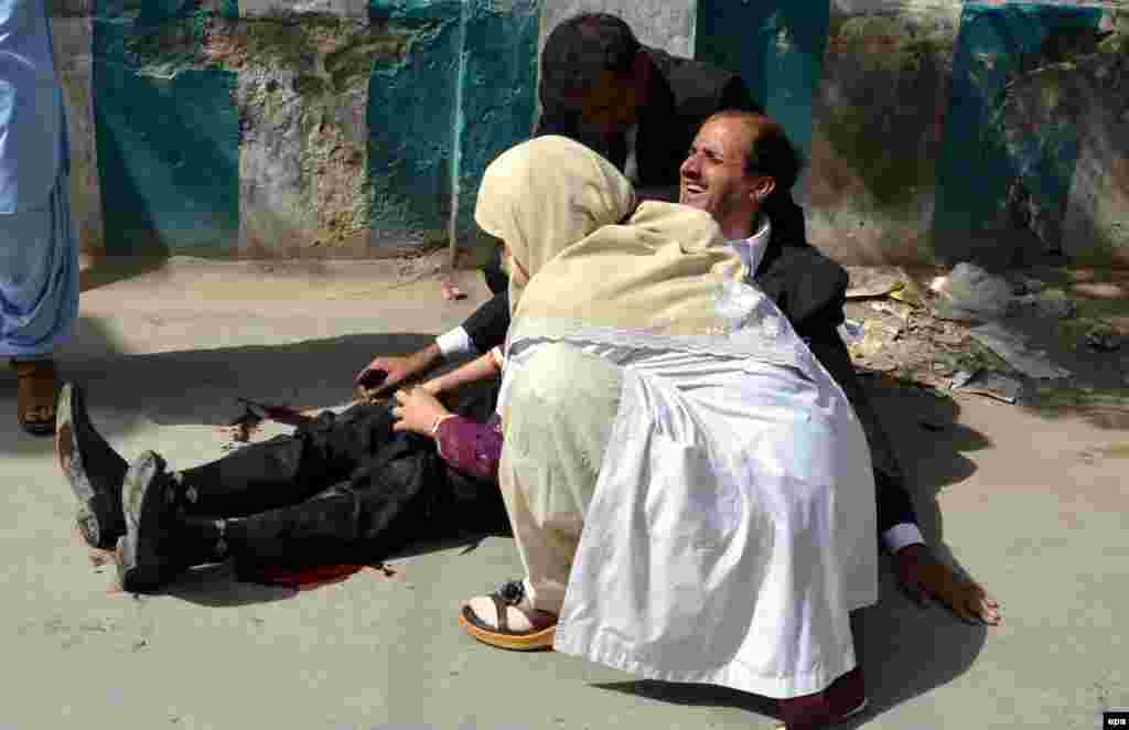 A doctor treats an injured man at the scene of a deadly bomb blast in the restive Pakistani city of Quetta on August 8. (epa/Jamal Taraqai)