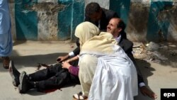 Pakistan -- A doctor treats an injured lawyer at the scene of a bomb blast in restive Quetta, August 8, 2016
